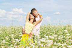 Jeunes couples sur la zone des fleurs Photographie stock