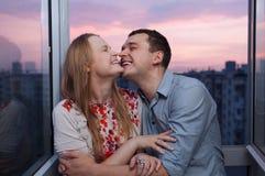 Jeunes couples sur le balcon embrassant et riant image stock