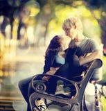 Jeunes couples sur le banc à la rue. photographie stock libre de droits