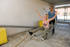 Jeunes couples sur le chantier de construction Photos libres de droits