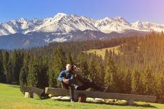 Jeunes couples sur le fond de montagne Photos stock