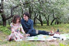 Jeunes couples sur le parc de date au printemps Photographie stock libre de droits