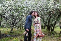 Jeunes couples sur le parc de date au printemps Image libre de droits