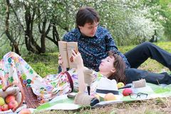 Jeunes couples sur le parc de date au printemps Photographie stock