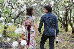 Jeunes couples sur le parc de date au printemps Image stock