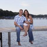 Jeunes couples sur le pilier de lac Photo libre de droits