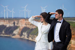 Jeunes couples sur le rivage de mer Image libre de droits