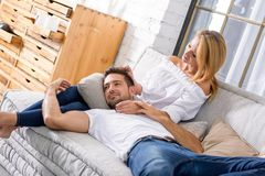Jeunes couples sur le sofa Photographie stock