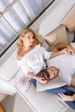 Jeunes couples sur le sofa Images libres de droits