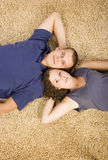 Jeunes couples sur le tapis beige image stock