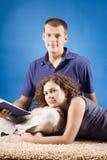 Jeunes couples sur le tapis beige Images stock