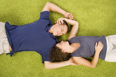 Jeunes couples sur le tapis vert images stock
