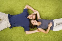 Jeunes couples sur le tapis vert photographie stock