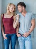 Jeunes couples sur le vêtement occasionnel au-dessus de Gray Wall léger Photos stock
