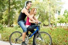 Jeunes couples sur le vélo Photos libres de droits