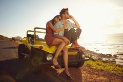 Jeunes couples sur le voyage par la route Images libres de droits