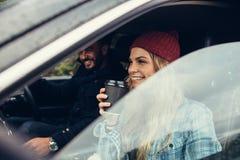 Jeunes couples sur le voyage par la route Photos stock