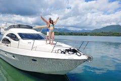 Jeunes couples sur le yacht Photo stock
