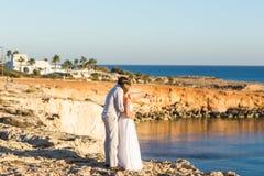 Jeunes couples sur les vacances d'été de plage, l'homme de sourire heureux et le voyage de marche de vacances d'océan de mer de b Photographie stock libre de droits