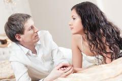 Jeunes couples sur un bâti Images stock