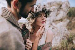 Jeunes couples sur un fond de falaise de roche Image libre de droits
