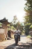 Jeunes couples sur un tour de motocyclette Photo libre de droits