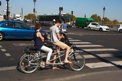 Jeunes couples sur un vélo tandem Photo libre de droits