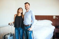 Jeunes couples sur une chambre d'hôtel Images libres de droits