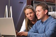 Jeunes couples sur une cuisine Photographie stock libre de droits