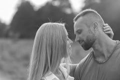 Jeunes couples sur une moto dans le domaine Photos stock