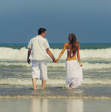 Jeunes couples sur une plage Image libre de droits