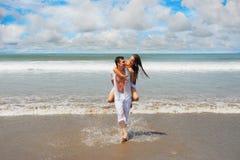 Jeunes couples sur une plage Photo libre de droits