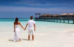 Jeunes couples sur une plage tropicale chez les Maldives photo libre de droits