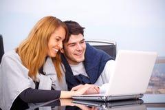 Jeunes couples surfant l'Internet Image libre de droits