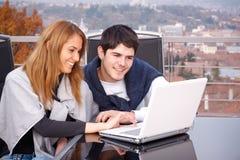 Jeunes couples surfant l'Internet Photographie stock