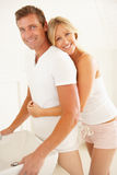 Jeunes couples étant prêts dans la salle de bains Photographie stock