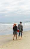 Jeunes couples tenant des mains à la plage de la Chine de Danang Images libres de droits