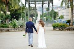 Jeunes couples tenant des mains dans le jour du mariage, Naples, Italie Photos libres de droits