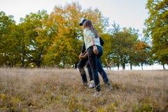 Jeunes couples tenant des mains dehors Photo stock