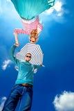 Jeunes couples tenant des mains et regardant vers le bas avec l'umbre de plage photos stock
