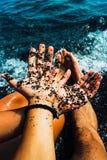 Jeunes couples tenant des mains près de l'océan photos libres de droits