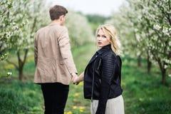 Jeunes couples tenant et tenant des mains Images libres de droits