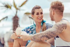 Jeunes couples tenant l'eau de noix de coco image libre de droits