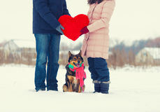 Jeunes couples tenant le grand coeur rouge Photos stock