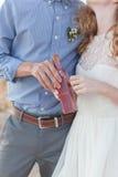 Jeunes couples tenant une bouteille avec un message image libre de droits