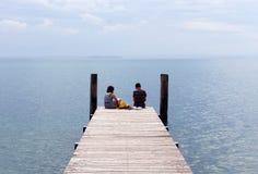 Jeunes couples timides dans l'amour Photo stock