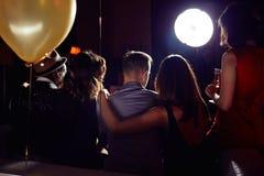Jeunes couples traînant avec des amis Photographie stock