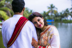 Jeunes couples traditionnels indiens mariés images stock