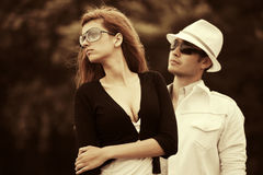 Jeunes couples tristes de mode en conflit extérieur Photos libres de droits