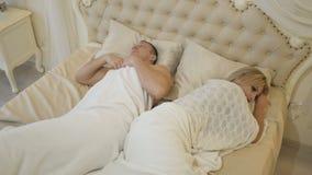 Jeunes couples tristes, problèmes dans le lit clips vidéos